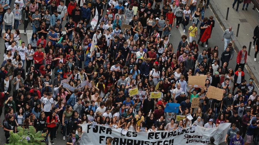 Cabecera de la manifestación contra las reválidas en Barcelona. / EFE
