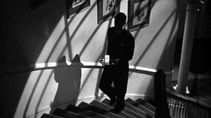 Escena de las escaleras de caracol en 'Sospecha'