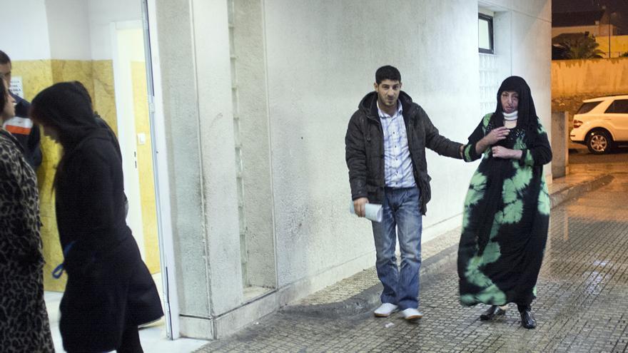 Manar y su hermano Mohamed entran en el hospital de Melilla./Fotografía cedida por la familia.
