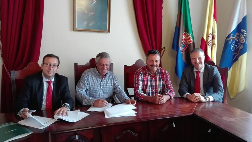 Un momento de la firma del acuerdo entre Cajasiete y Cocampa.