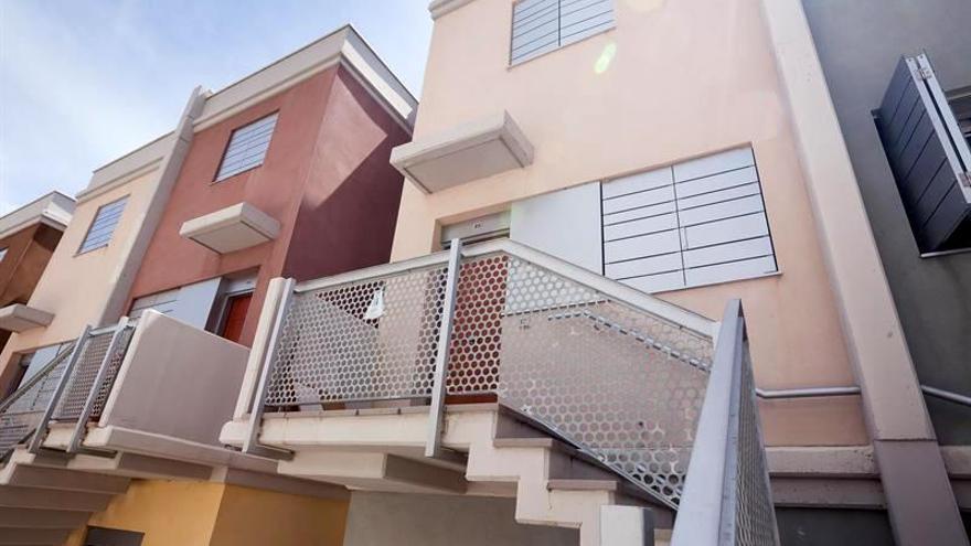 Vista de la fachada de la vivienda del barrio de Cuesta Piedra, donde una mujer ha sido asesinada y su pareja ha sido detenida / Ramón de la Roche/EFE