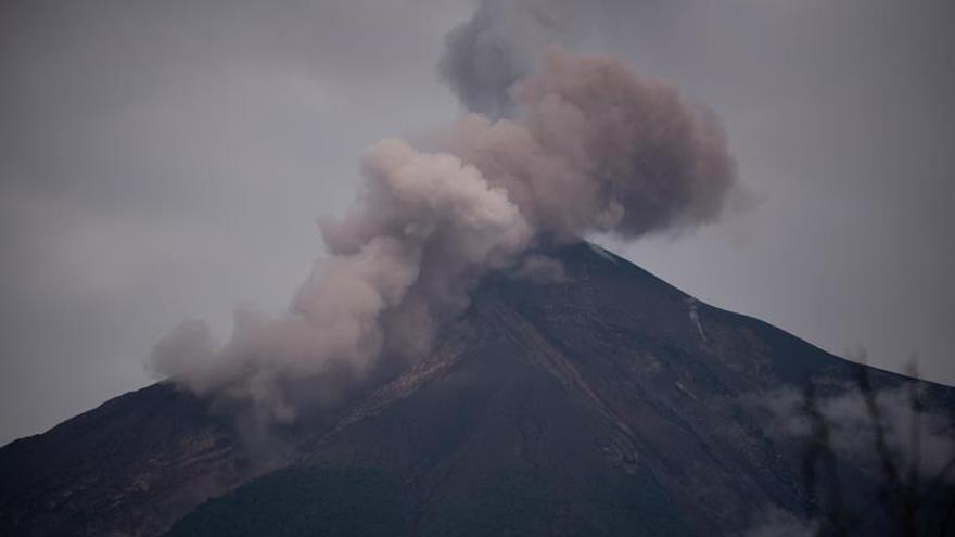 Descienden flujos de material volcánico del volcán de Fuego de Guatemala