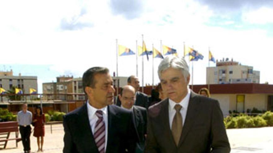Paulino Rivero buscará la colaboración de José Miguel Pérez para encontrar soluciones para Canarias.