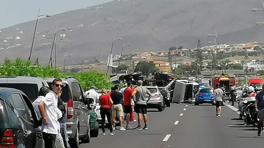Colapso en la TF-1 tras saltar un camión la mediana y arrollar un coche dejando una mujer fallecida y dos heridos graves
