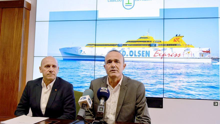 Juan Ignacio Liaño, director de flota de la compañía Fred. Olsen Express, Raúl Camacho, consejero de Turismo del Cabildo de La Palma.