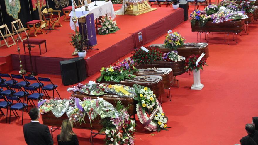 Los Reyes en primer término, frente a trece de los catorce fallecidos en el accidente de autobús / PSS