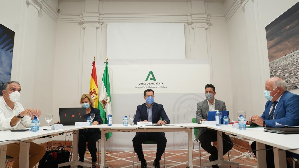 Juan Manuel Moreno, en el centro, en la reunión del Comité de Expertos celebrada este lunes en Málaga.