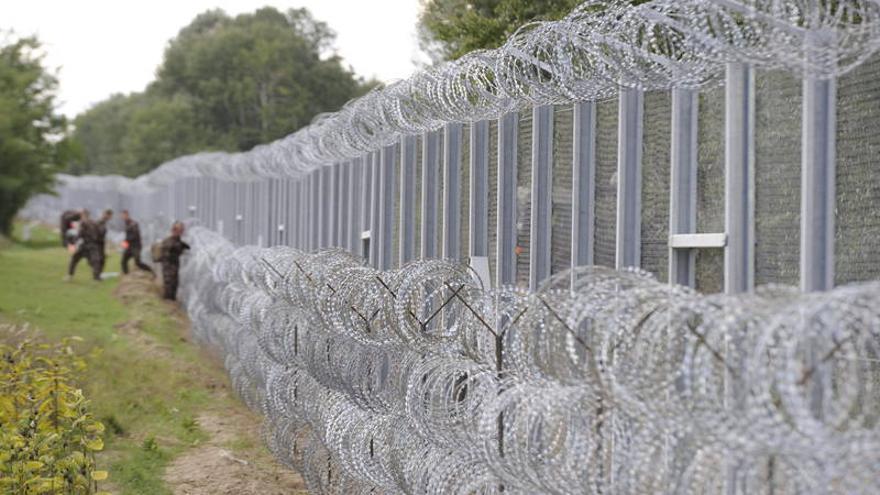 Las vallas con cuchillas de la frontera de Hungría