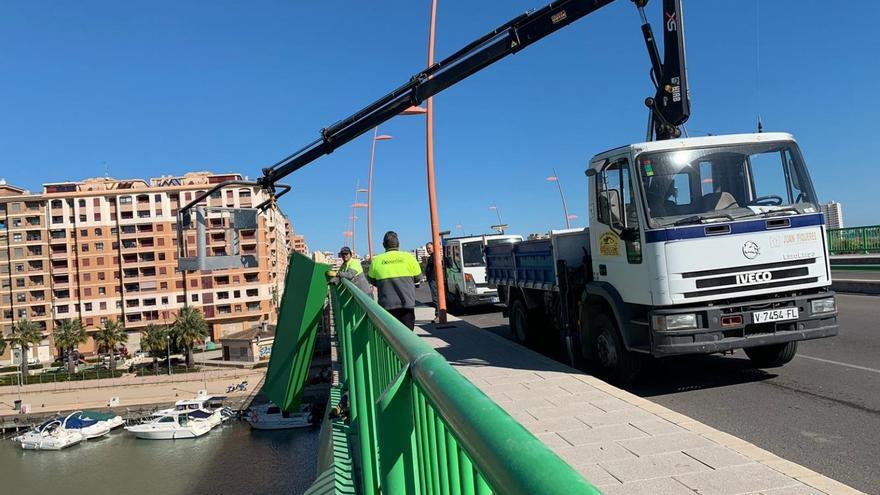 Los operarios retiran las planchas del puente de Cullera sobre el río Xúquer