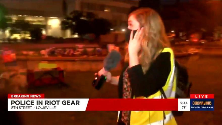 Un policía dispara gas pimienta a una periodista de TV que informaba de los disturbios en Estados Unidos