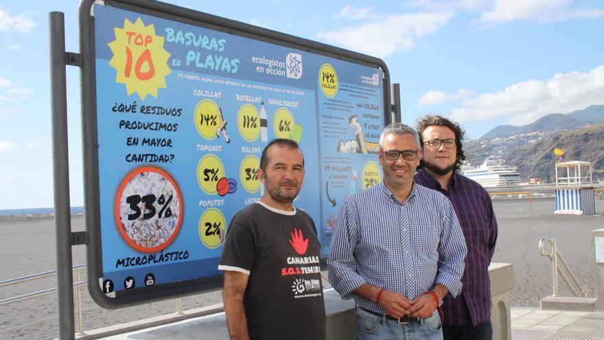 Pablo Díaz, Sergio Matos y Juan José Neris, ante uno de los paneles informativos de la campaña 'Clean up the sea'  (limpiar el mar).