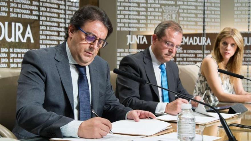 El consejero de Sanidad y Políticas Sociales, José María Vergeles, firma los convenios con BBVA y Caixa Bank