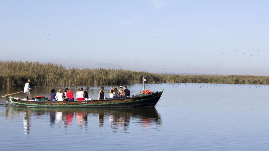 Los paseos en barca son una de las actividades turísticas más extendidas en la Albufera. Autor: Jordi Castro
