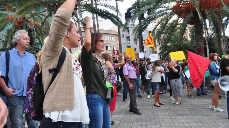 """Noemí Santana a la cabeza de una manifestación en Gran Canaria """"por la democracia"""""""