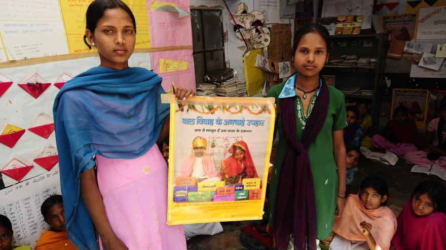 Estudiantes de una escuela del Rajastán muestran el cartel de una campaña contra los matrimonios infantiles./ Zigor Aldama