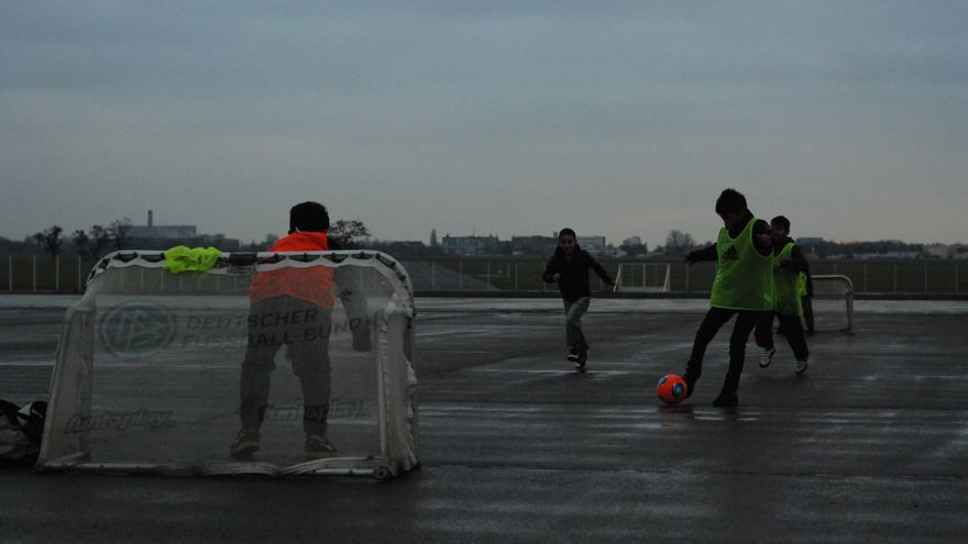 Niños refugiados juegan al fútbol con porterías recién cedidas por la Federación de fútbol de Berlín