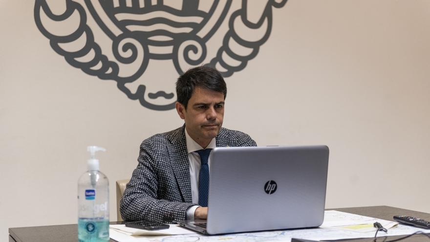 El alcalde de Igualada, Marc Castells, trabaja desde el ayuntamiento de la localidad en medio de la crisis sanitaria