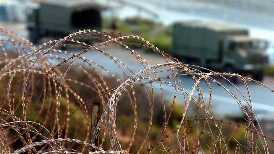 Un inmigrante se baja de la valla de Ceuta tras casi cinco horas encaramado en lo alto