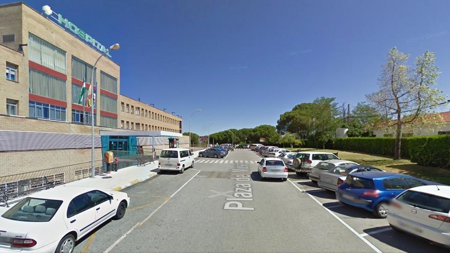 Calle principal de acceso al hospital, con plazas de aparcamiento que ahora serán de pago.