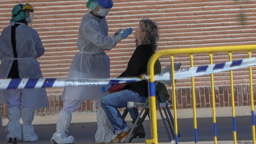 Una sanitaria le realiza a una trabajadora de servicios esenciales uno de los test rápidos de coronavirus, foto de archivo