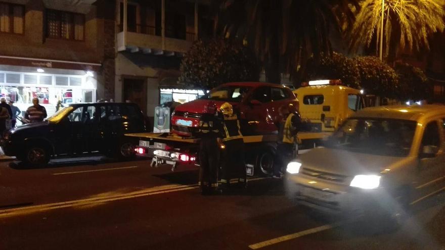 En la imagen, retirada de uno de los vehículos. Fotos: BOMBEROS LA PALMA.