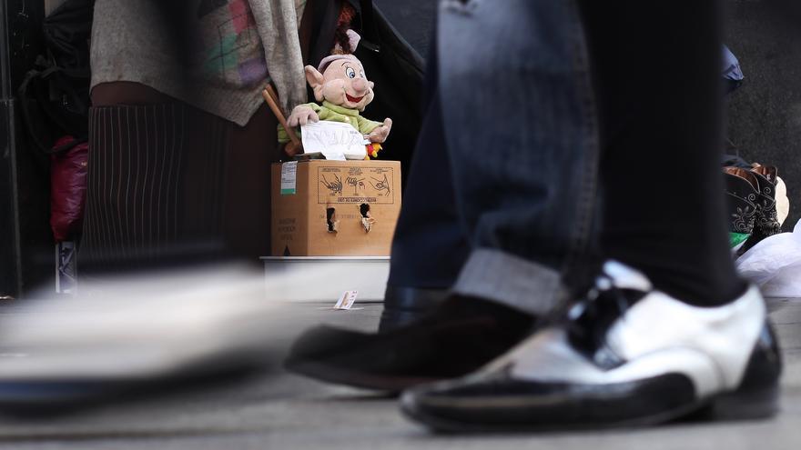 Una persona pide dinero en una calle de Madrid. AP / Gtresonline