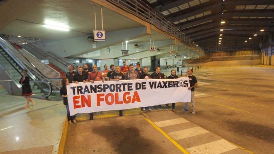 Protesta sindical en las dársenas vacías de la estación de autobuses de Santiago