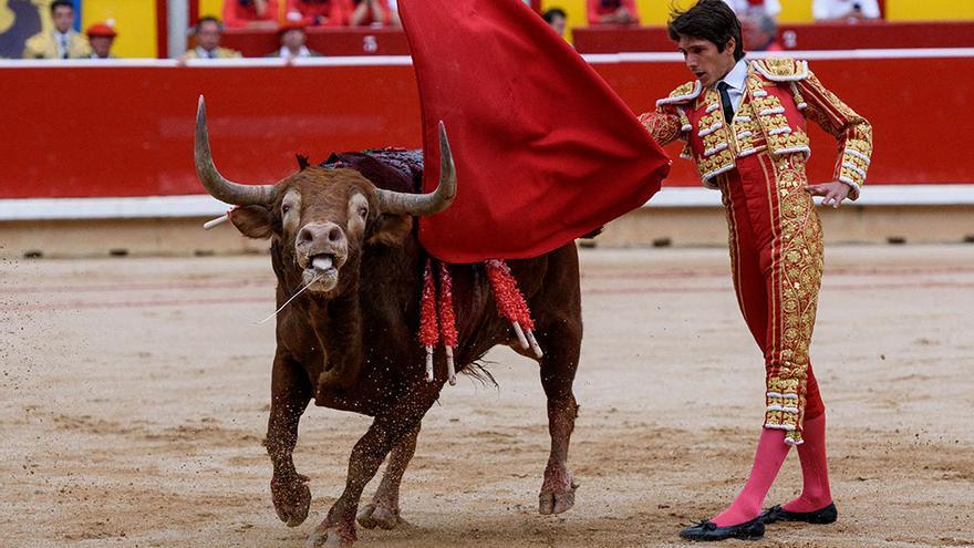 Tras el tercio de varas y el tercio de banderillas el toro lleva varios minutos perdiendo sangre. Serie 'Sanfermines: matanza en el rudo'. Pamplona, 2015-2016