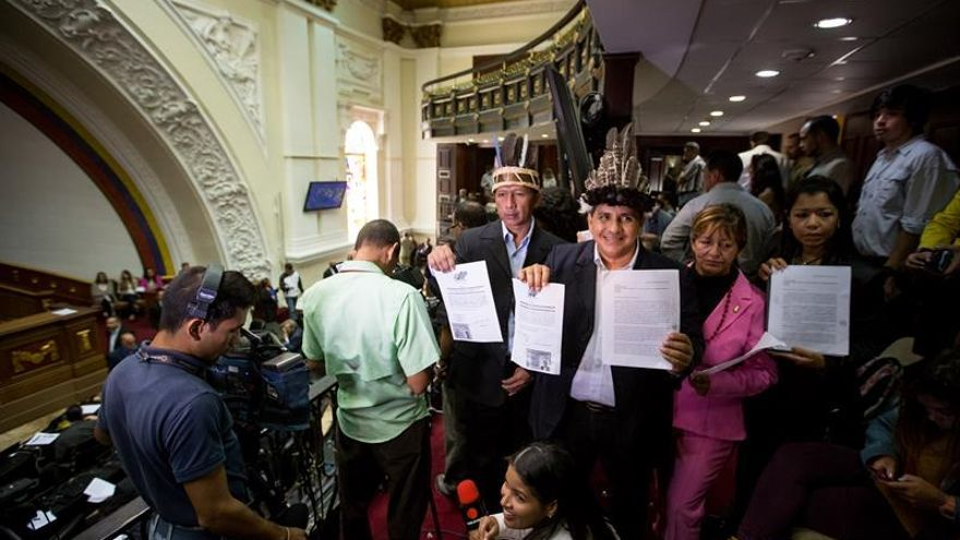 Parlamento venezolano incorpora a diputados indígenas suspendidos por el Supremo