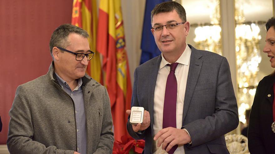 El síndic de Comptes, Vicent Cucarella entrega el USB con el informe al president de les Corts, Enric Morera