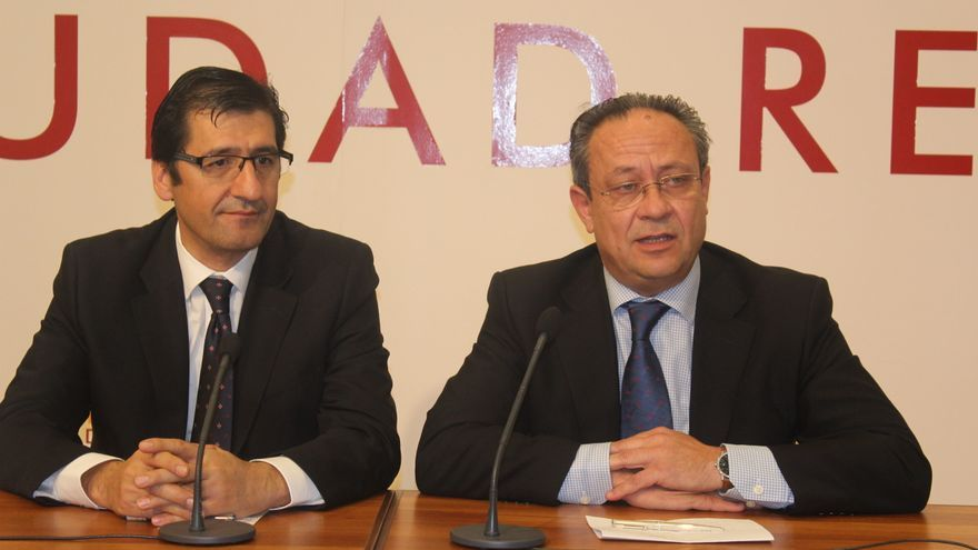 El consejero Juan Alfonso Ruiz Molina junto a José Manuel Caballero