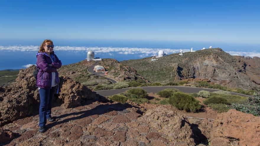 La escritora Ángela Vallvey en su visita al Observatorio del Roque de los Muchachos (ORM), en las cumbres de Garafía. Crédito: Toño González/IAC