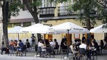 """Los hosteleros hacen caja con las terrazas """"como caballos desbocados"""" entre multas y quejas de los vecinos"""