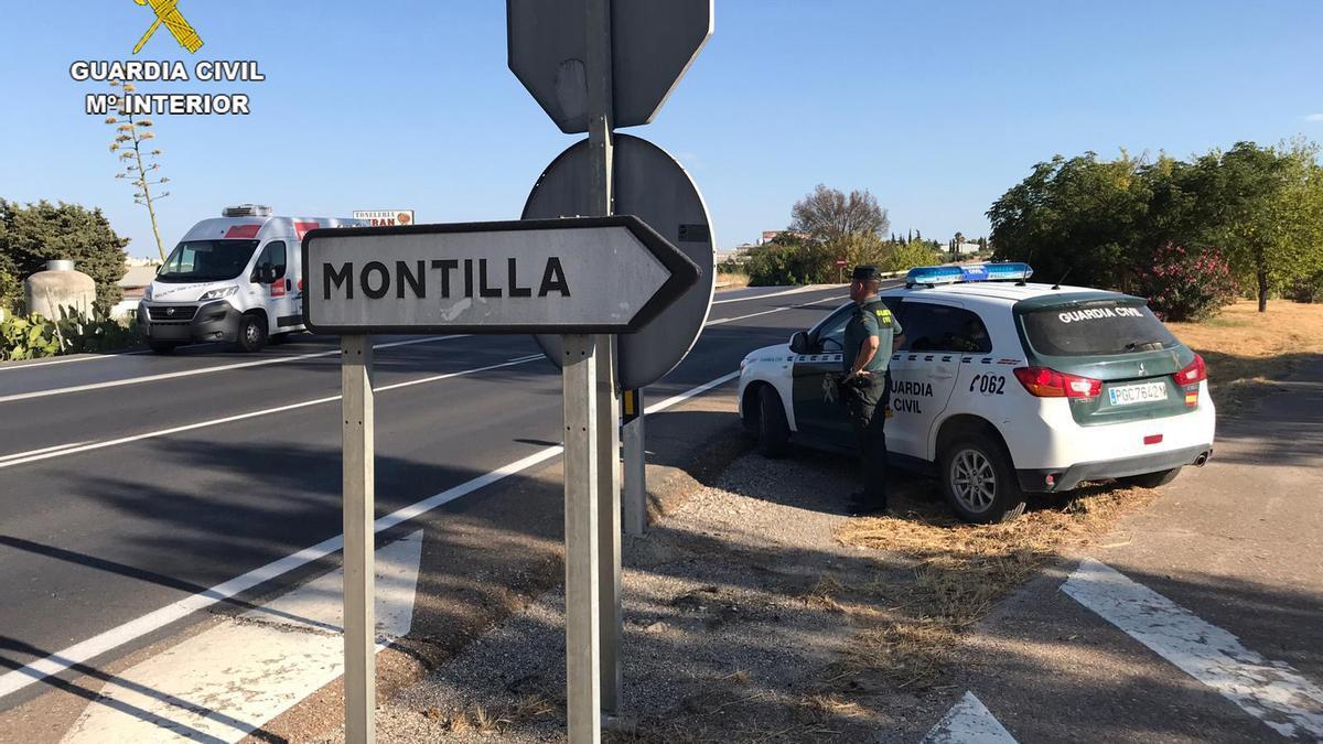 Guardias civiles en la localidad de Montilla.