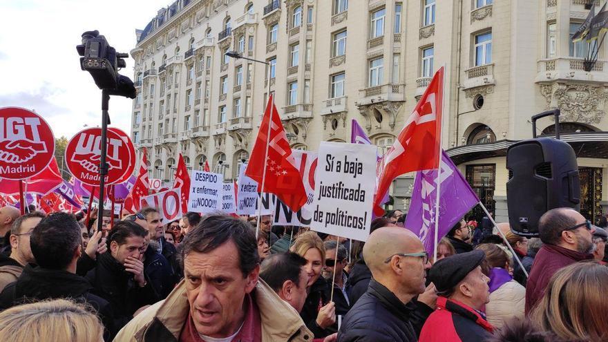 Protesta 'No al despido por enfermar' de CCOO y UGT en Madrid contra el despido por absentismo laboral, este 27 de noviembre.