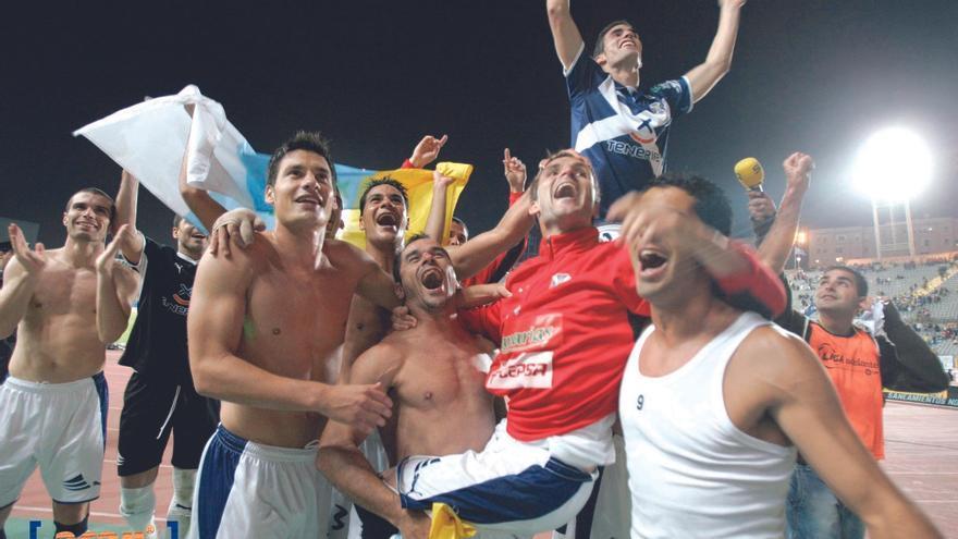 Alfaro, subido en los hombros de Manolo Martínez, agradece a los aficionados tinerfeños su apoyo en el UD Las Palmas-CD Tenerife de la temporada 08-09