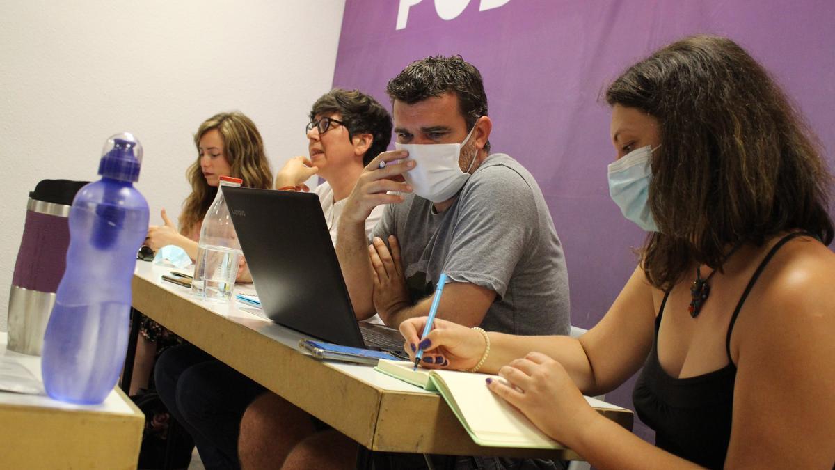 Una reunión de la dirección de Podem en su sede, en València.