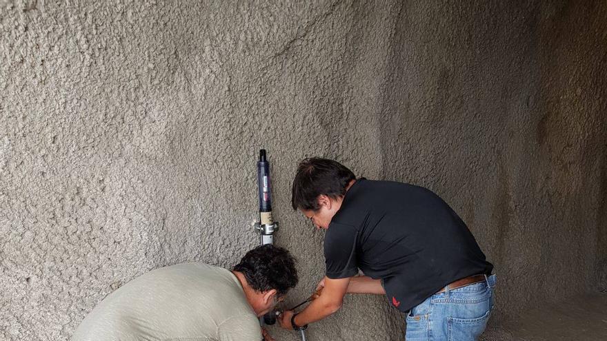 Pedro A. Hernández (Involcan) y Francisco Martín Castro (Consejo Insular de Aguas de La Palma), instalando la nueva estación geoquímica LPA07 en el túnel del trasvase este-oeste.