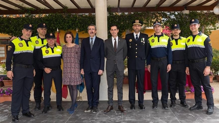 El alcalde de Mislata, Carlos Fernandez Bielsa (centro), junto a agentes de la policía local