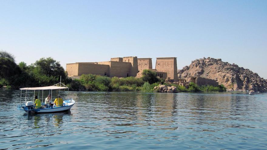 Navegando hacia 'Philae'. Al fondo los pilonos del Templo de Isis. Son of Groucho (CC)
