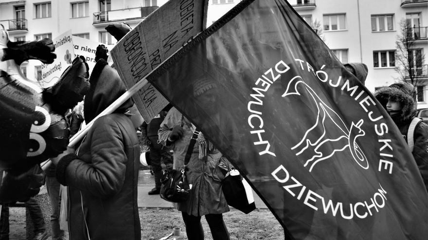 Manifestante con el logo del grupo de Facebook de Dziewuchy Dziewuchom en una protesta de marzo de 2019 en la ciudad de Gdyni (Dziewuchy Dziewuchom)