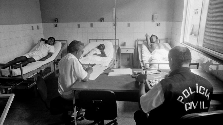 Además de los muertos, la masacre dejó un total de 69 personas heridas, muchas de las cuales todavía sufren secuelas. En la imagen, varios supervivientes se recuperan en el hospital de Marabá, mientras declaran ante la policía acerca de lo que habían vivido en la autopista el 17 de abril de 1996. Más de 20 años después, solo dos oficiales han sido declarados culpables y encarcelados en 2012 © João Roberto Ripper