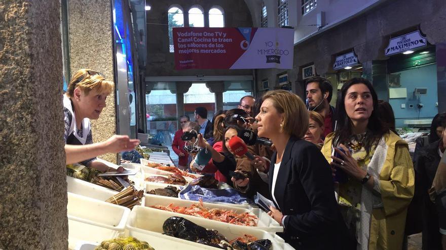 Cospedal visita un mercado en Santiago de Compostela durante la campaña gallega