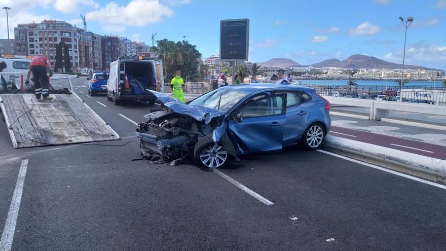 Vehículo accidentado en la Avenida Marítima de Las Palmas de Gran Canaria.