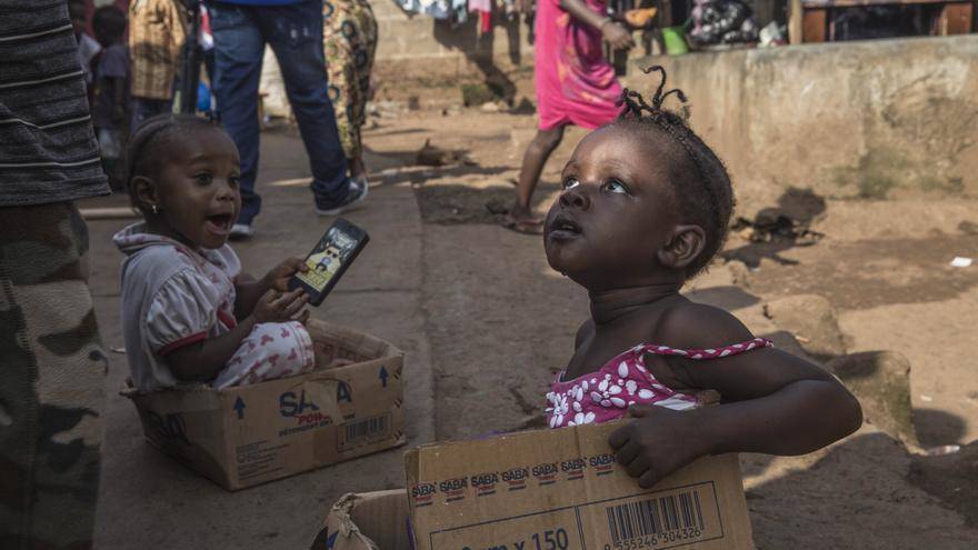 Los medicamentos se distribuyen a los mayores de cinco años. Como los síntomas de la malaria son similares a los del Ébola, muchos casos de la primera enfermedad podría someter a un gran estrés a la población y al sobrepasado sistema de salud. Fotografía: Anna Surinyach /MSF