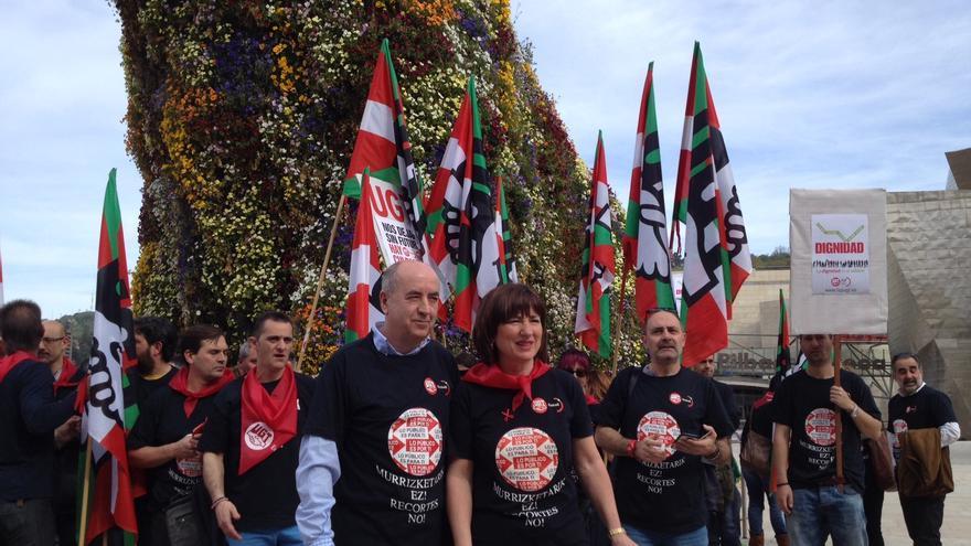 """UGT Euskadi presenta frente al Guggenheim su campaña: """"La dignidad es el salario"""" para salir de la crisis y activar la demanda."""