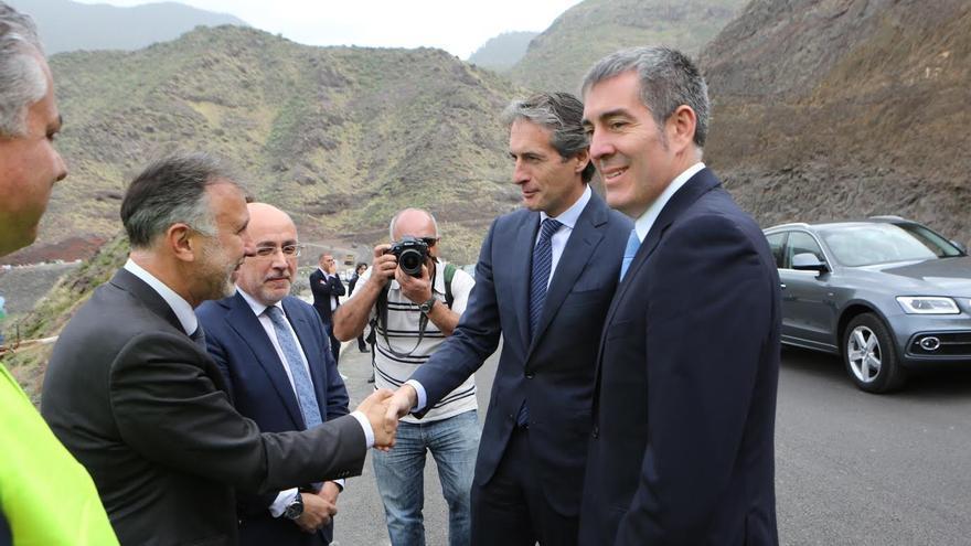 El ministro Íñigo de la Serna saluda a Ángel Víctor Torres. (ALEJANDRO RAMOS)
