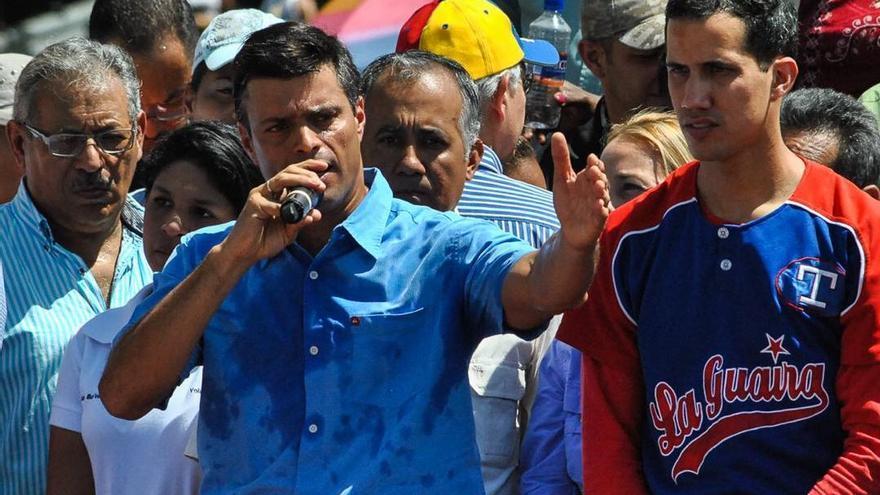 El opositor venezolano Leopoldo López participa en una movilización en 2014, con el autoproclamado presidente Juan Guaidó a su izquierda.