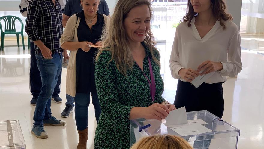 La candidata de Unidas Podemos al Congreso por la provincia de Las Palmas, Victoria Rosell, en el colegio electoral ubicado en el Centro Cívico Barranquillo Don Zoilo de la capital grancanaria.
