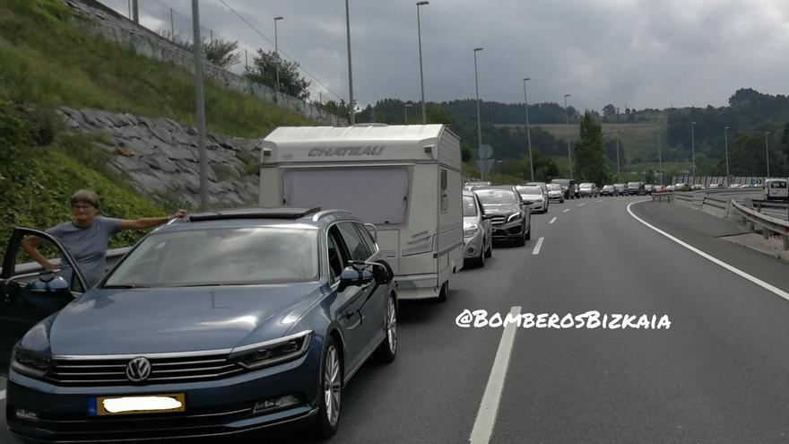 Bomberos disuaden a un hombre que se quería tirar desde un puente a la autovía en Getxo (Bizkaia)
